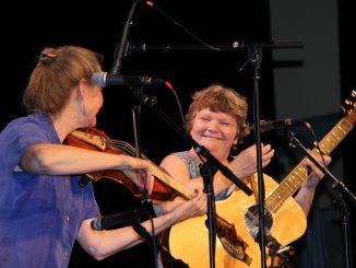 Lausanne (droite) à la percussion, et Carole à la guitare.