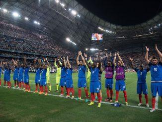 Les Bleus devant le public du Vélodrôme, après leur victoire face aux Allemands en demi-finale.